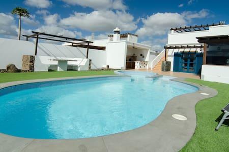 Preciosa Villa  con piscina privada - プラヤブランカ - 別荘