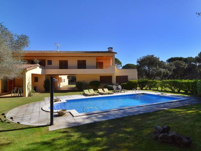 FANTASTIC VILLA WITH PRIVATE POOL AND TENNIS COURT, BIG GARDEN, WIFI, PARKING