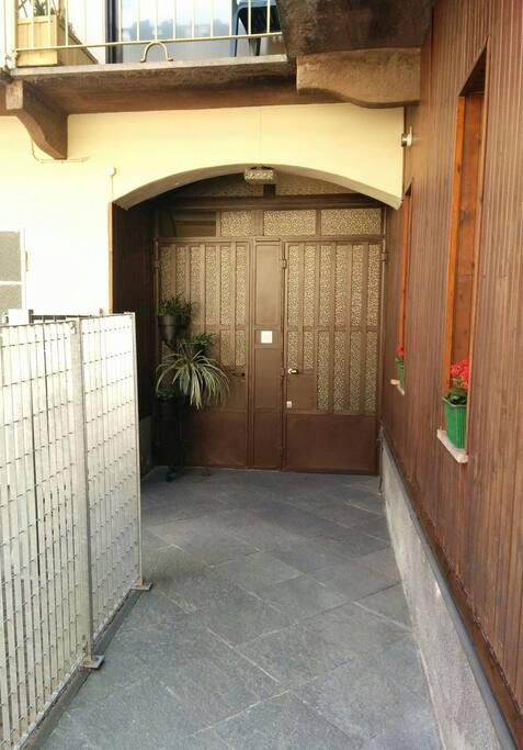 Entrance sidewalk - Marciapiede d'ingresso