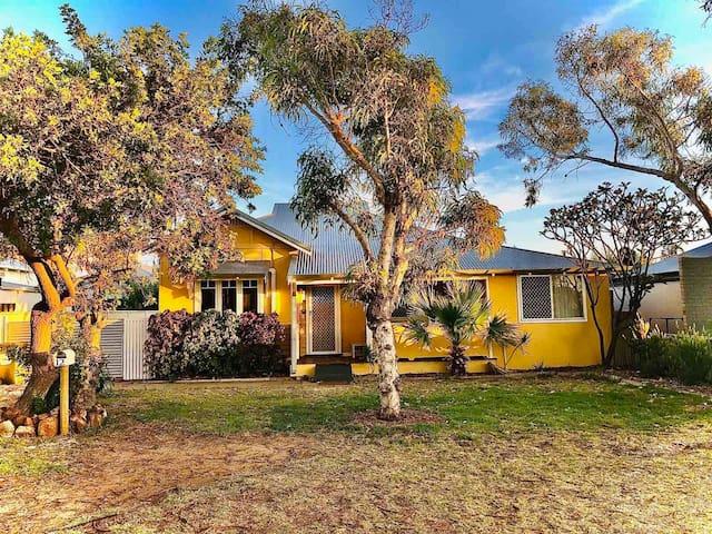 Cottage Sunny Side Up.  Pet-friendly. Free Netflix