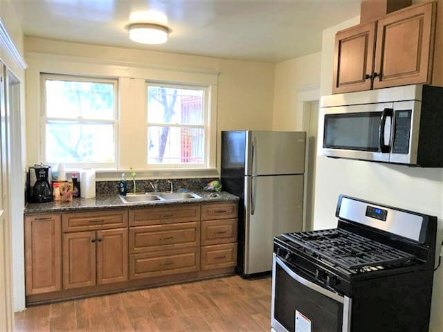 K-town entire 1 bedroom Apt with Full Kitchen & AC