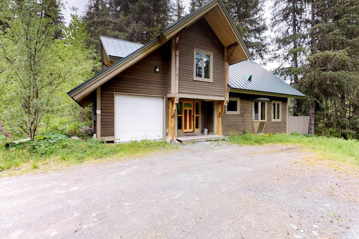 Cabin w/ private hot tub, gourmet kitchen, handcrafted wood details, near skiing