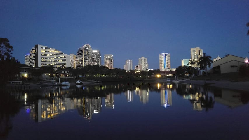 Waterfront close to shops, beach - Broadbeach - Apartment
