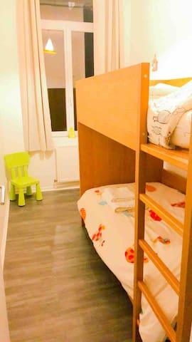 La petite chambre avec deux lits superposés pour petits ou grands.
