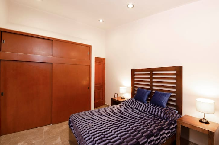 Habitación 2 inclinada  con cama cangurera para dos huéspedes más. Wifi individual, escritorio de trabajo, Smart tv de 50 pulgadas.