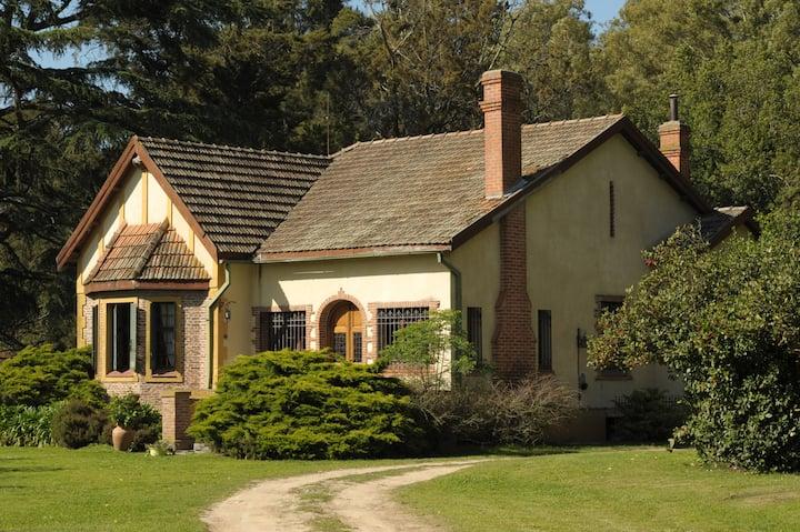 Casa Tudor en una estancia única en Chascomús