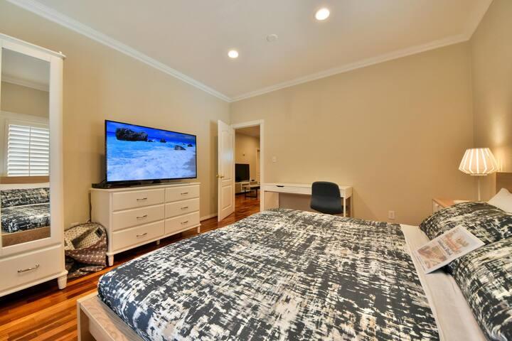 108 Modern Apartment - Smart TVs, Parking, & AC