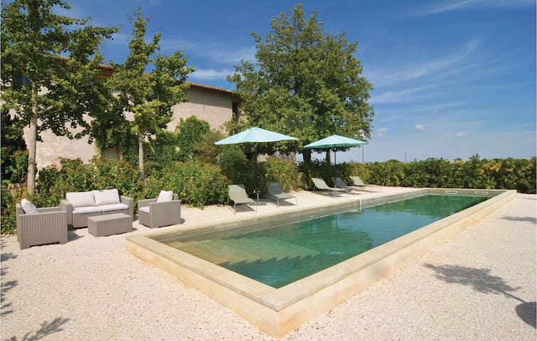 Holiday cottage with 4 bedrooms on 200 m² in St. Gilles