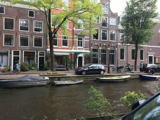 Lauriergracht, 17th century building, with the name Venetiea