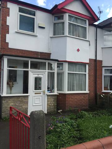 2 Big double room with 2 twin beds and parking - Stretford - Casa