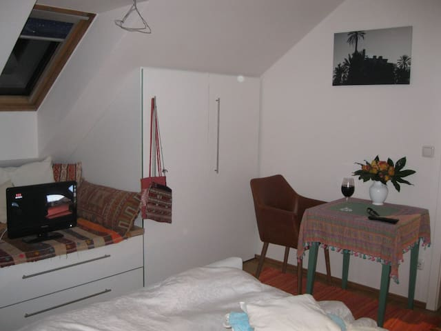 PRIVAT ROOM + NATURE + 18 min. to Oktoberfest - Gräfelfing - Apartemen