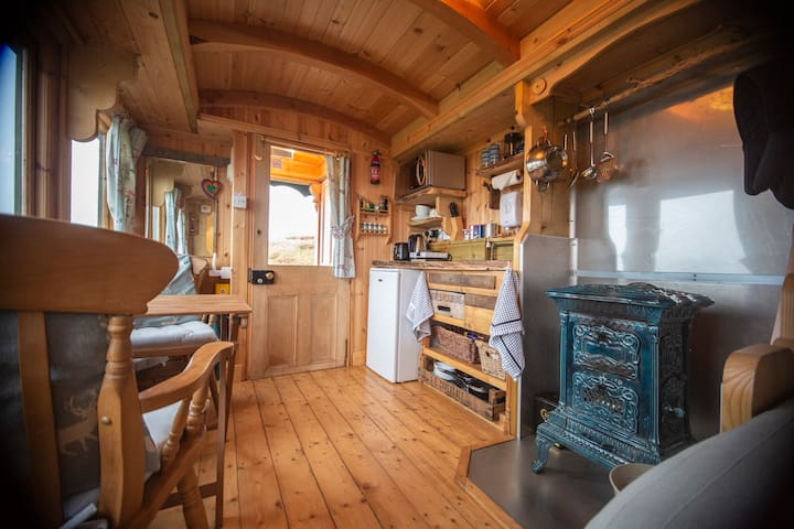 The Shepherds Hut (NC500 Glamping with Sea Views & Wifi)