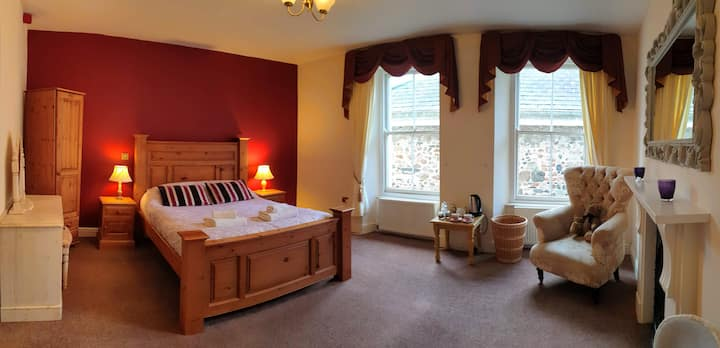 1.Kingsbridge,huge king room,enSuite in village