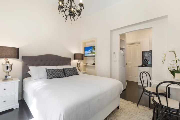 Chic CBD Studio in Heritage House with Pool and BBQ