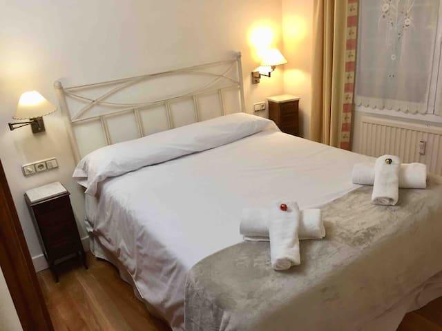 Cama matrimonio de medidas 1,50 ancho x1,90 cm  Amplia y con colchón de Máxima calidad y confort. Almohadas de viscoelastica que se adaptan a cada huésped. Cabezal de forja artesanal.