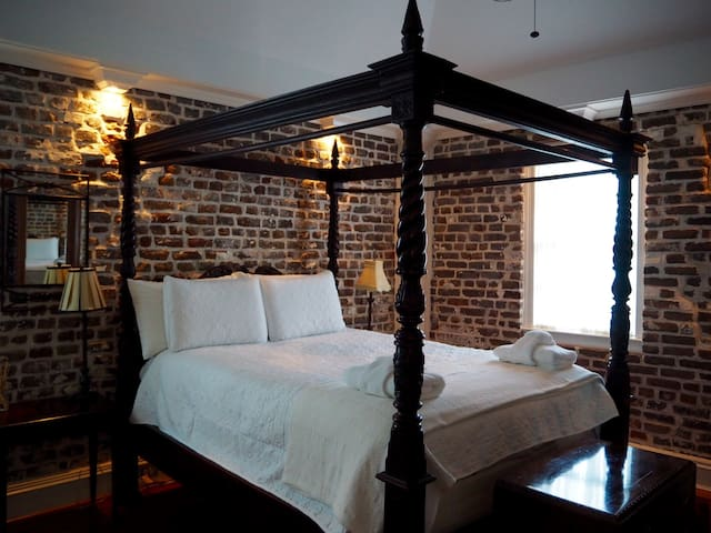 Quaint Historic Carriage House in Center of Town - Charleston - Apartment