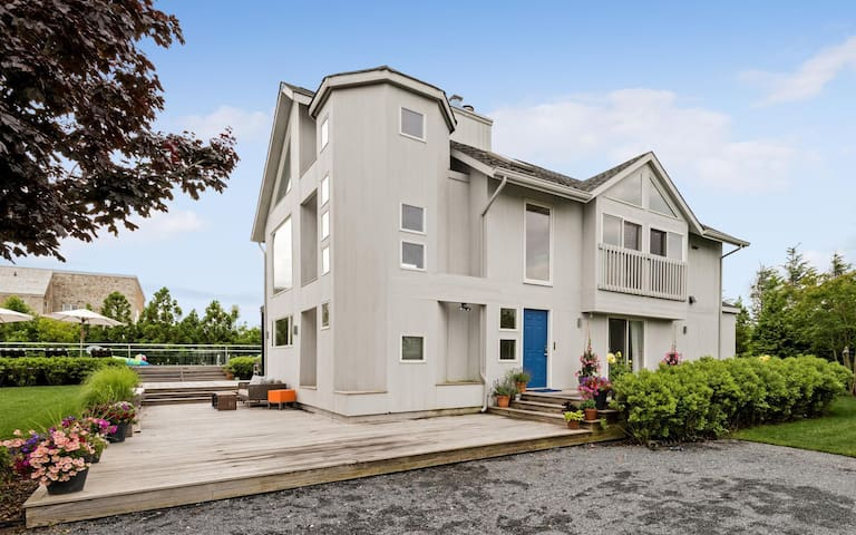 Contemporary close to Village and Ocean