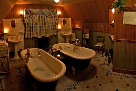 Luxurious and romantic 5 Star Self Catering with hut tub.