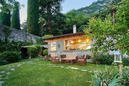Piccola casa naturale sul lago