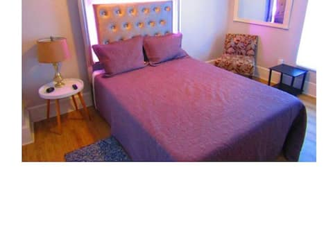 Walk to UFHealth/Downtown pvt room/clean/upstairs.