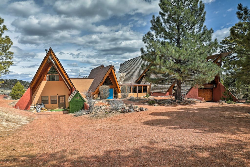 This home is ideally located between Bryce Canyon and Zion National Parks.