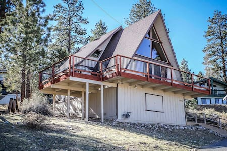 Adorable East End Big Bear City Cabin~ Fireplace~Full Kitchen~Minutes To Town~ - Big Bear City - House