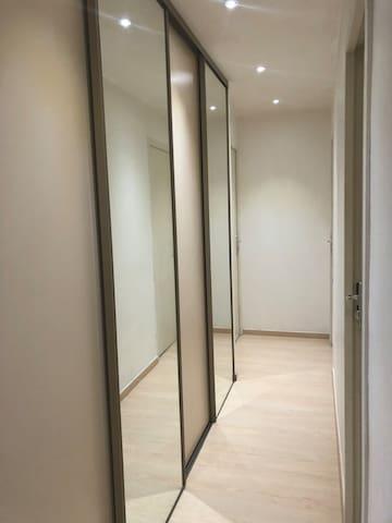 Couloir avec grand placard desservant les  3 chambres