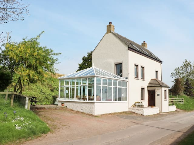 MILLRACE NORTHFIELD, pet friendly in St Abbs, Ref 977524