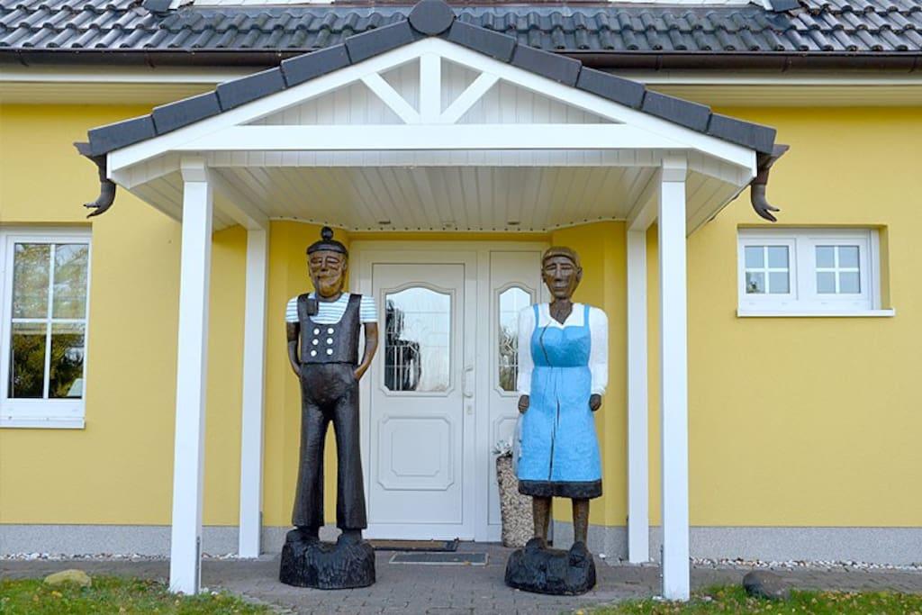 Hausansicht des Ferienhauses Marikkendörp in Mariendorf auf der Insel Rügen.