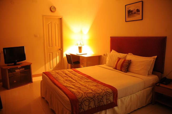 Luxurious Stay in Mylapore Queen Bedroom 6 of 6