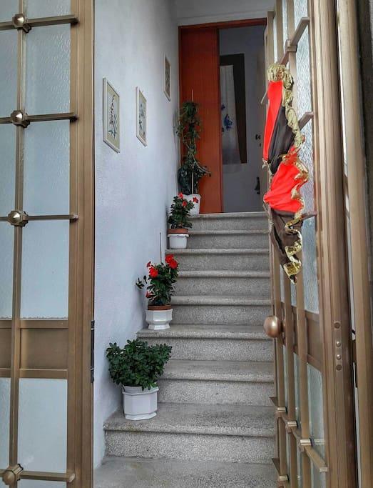 Scala e portone di ingresso
