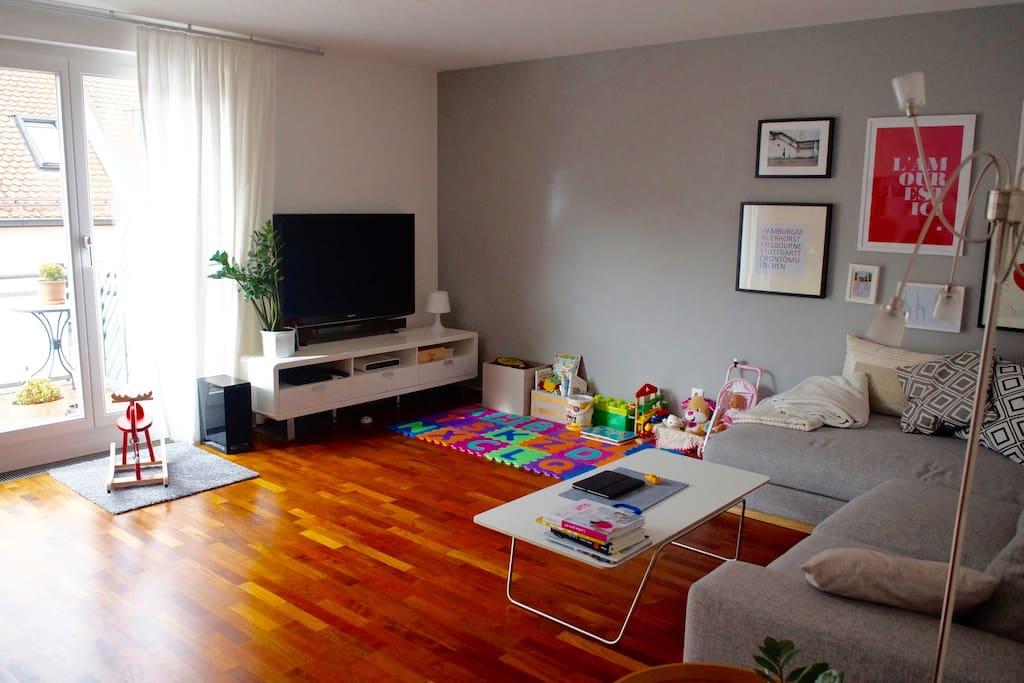 Genug Platz zum Relaxen: gemütliche Couch mit Multimedia-Ausstattung
