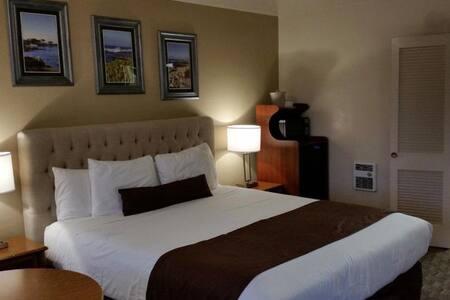 Monterey ! 1 King Bedroom