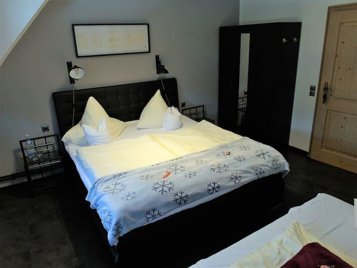 Hotel Clemens (Winterberg/Altastenberg) -, Dreibettzimmer mit Doppelbett und Schlafsofa