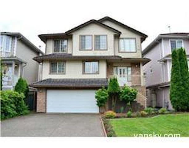 Two bedroom Suite:private entrance,bath & kitchen - Port Coquitlam - Huis