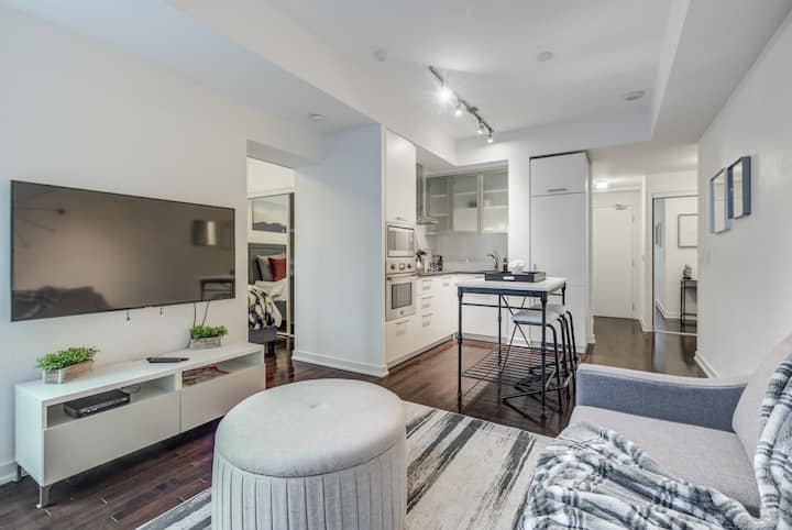 Stylish 1Bed+Den Unit in the heart of DT