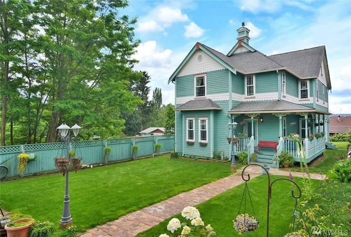 Modern Victorian - Entire Space - House w/View - Bremerton - Casa