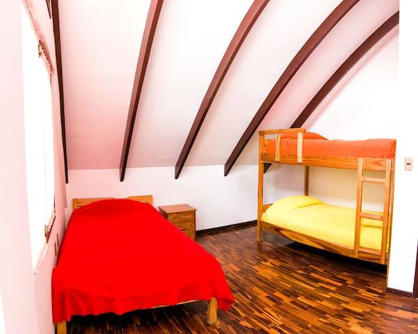 Cama en dormitorio para 3 personas