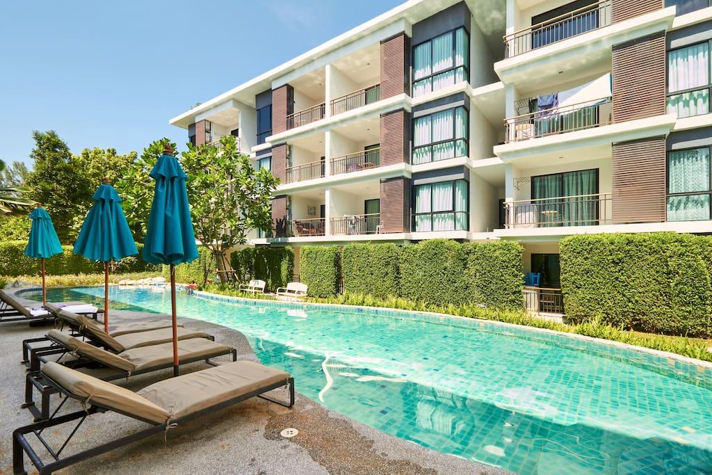Sundbeds and pool