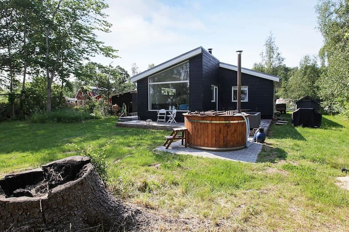 Woodland Holiday Home in Jægerspris with Jacuzzi