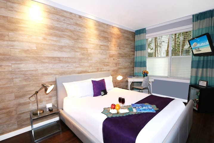 Room with a Queen Bed on Collins Ave, a Block from Ocean Drive and the Beach, in the Heart of the Art Deco District