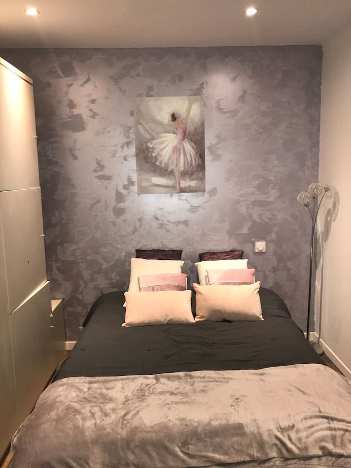 chambre privée avec douche partagée et cuisine