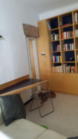 Tavolo design ed angolo libreria