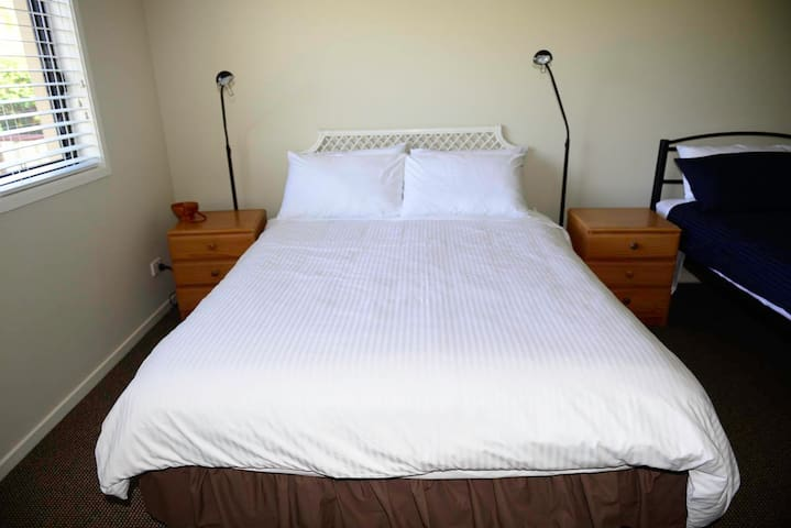 M's G Room - Couple + 2 single beds - Vincentia - Bed & Breakfast