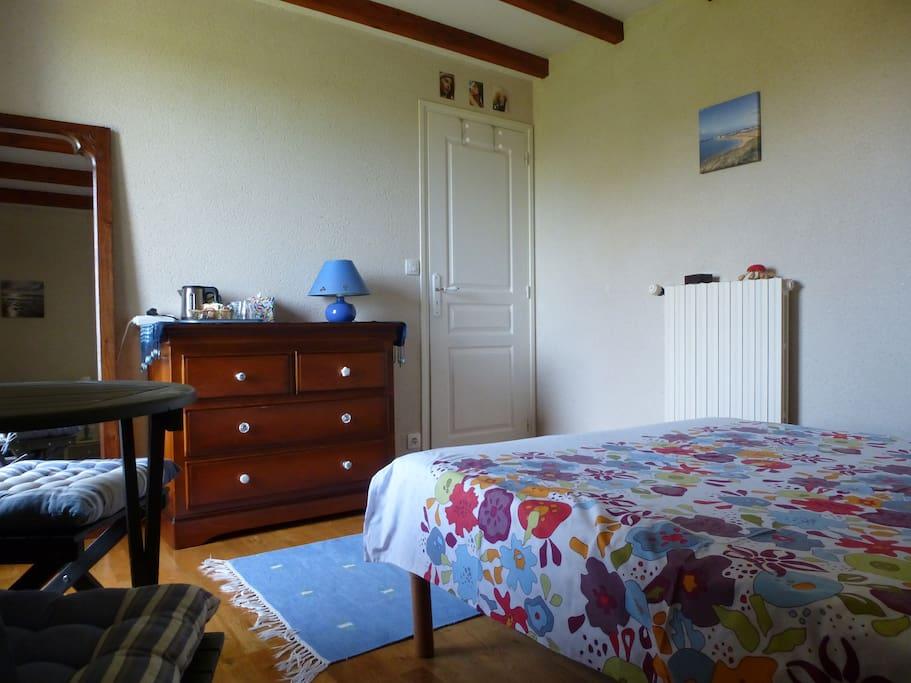 Chambre avec  petite table et kit déjeuner