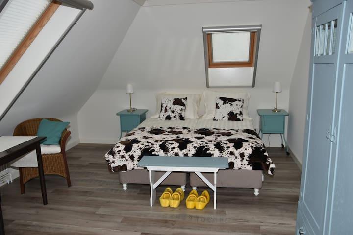 B&B kamer Koeienstal: Rust, ruimte & strand! - Schagen - Bed & Breakfast