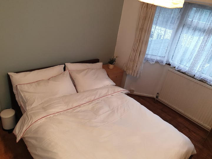 A Double Bedroom near Heathrow Garden view.