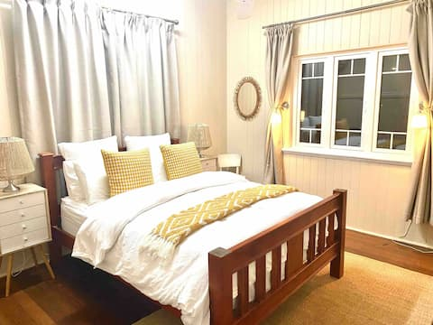 Comfy Queenslander close to station and airport