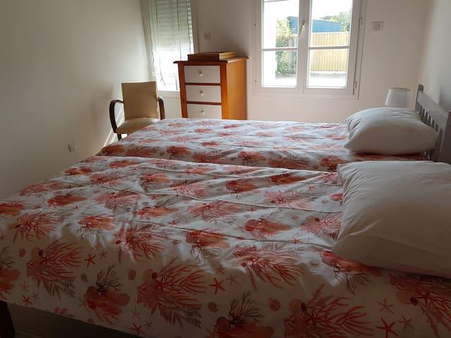 La seconde chambre est équipée de lits jumeaux 90x190 pour un couchage possible de 180x190. A vous de prévoir les draps housse et plats en conséquence et taies d'oreiller à moins que vous souhaitiez en louer. C'est un service possible à prix sympa.