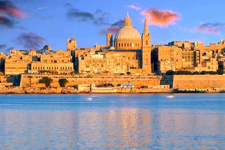 Seafront with water access & Valetta view - Il-Birgu